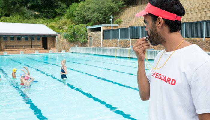 Menor banarse solo piscina comunidad